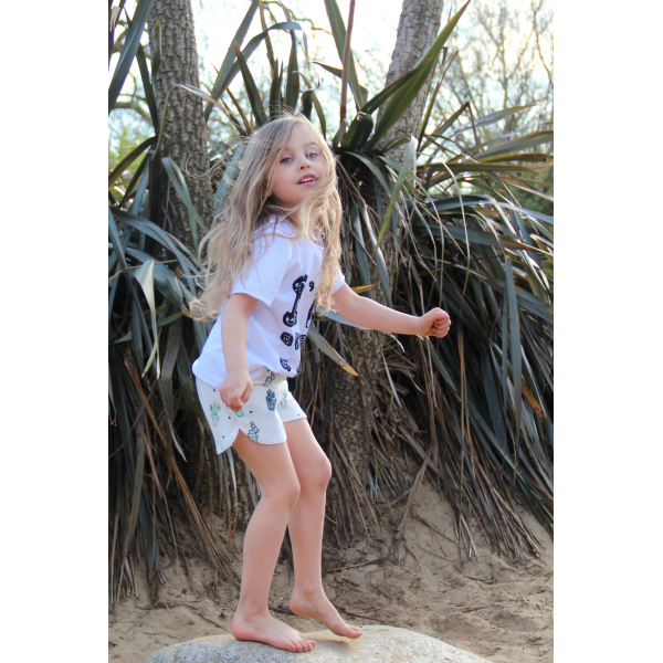 Pohodlné kraťasy pre dievčatká v bielej farbe s potlačou sladkých ananásov. 119a00e17fa